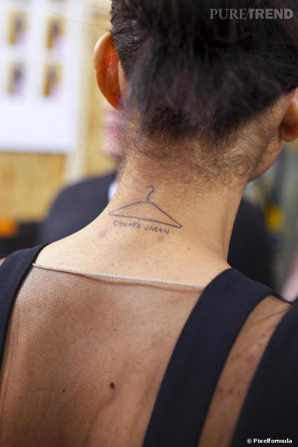 Le top Chanel Iman ose le tatoo décalé, un cintre dans la nuque. Une façon très fun de décrire son métier.