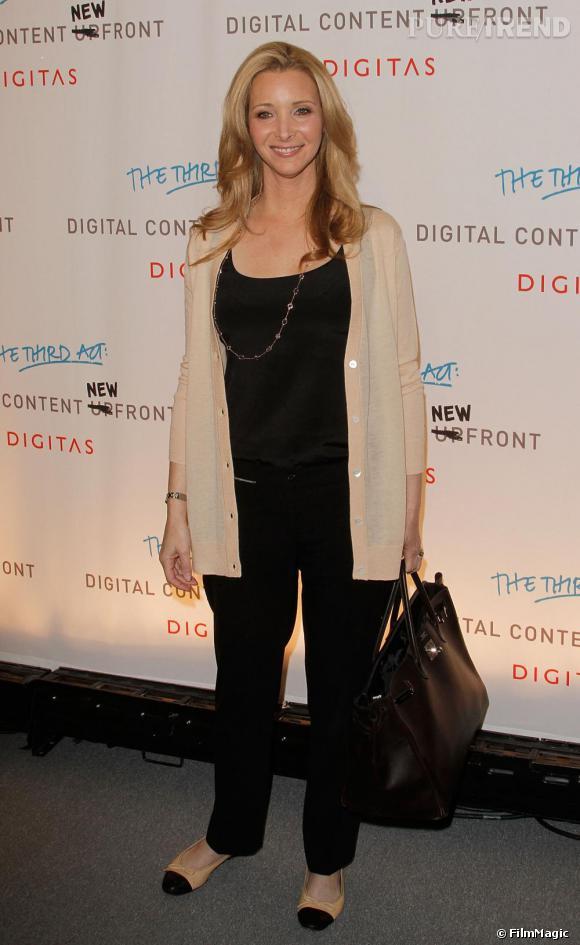 Lisa Kudrow opte pour le pantalon cigarette pour un look légèrement masculin qui la met en valeur.