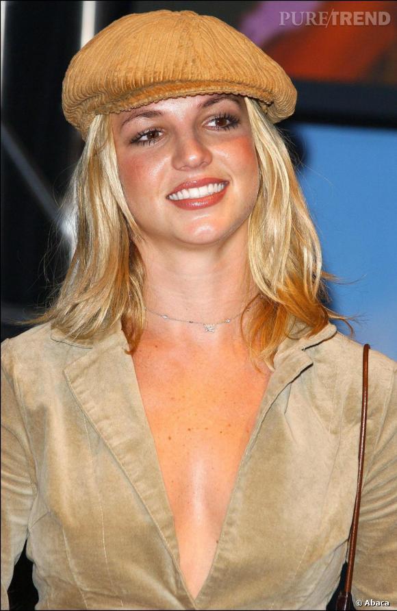 2002, époque Crossroads, Britney ne sort plus sans un accessoire, sa casquette/béret