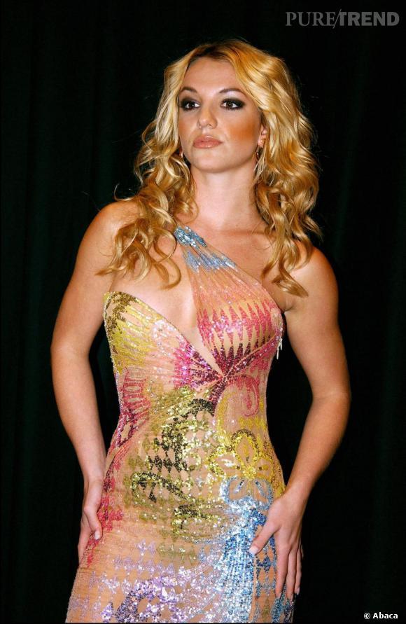 En 2002 toujours, Britney attaque la mode en participant au show Versace, avec sa crinière blonde californienne bouclée emblématique