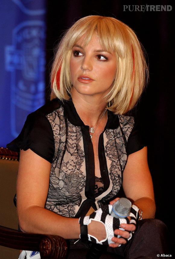 La Britney Disney est morte place à une Britney prête à tout, ici avec une coupe au bol Mireille Mathieu mais avec des mèches rouges s'il vous plait !