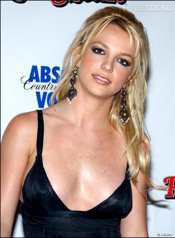 2003, décidement Briney Spears ne ménage pas ses cheveux, une pause d'extentions et la Britney Glamour renaît !