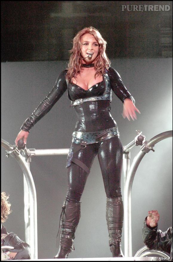 En 2004, tout de latex vêtue, Britney s'essaie au brun et ça lui va bien !