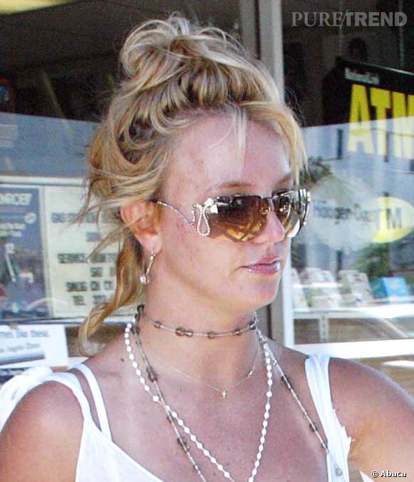 Les cheveux d'une propreté douteuse remontés en chignon fouilli, un classique de BritBrit ici en 2004
