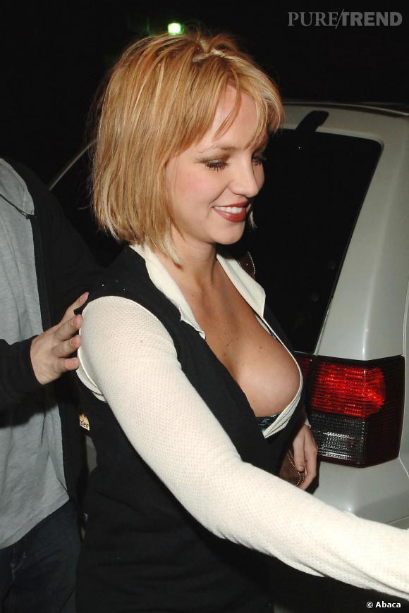 Décidement Britney n'épargne rien à sa chevelure en arborant en novembre 2006, un carré court et légère frange de couleur strawberry blond