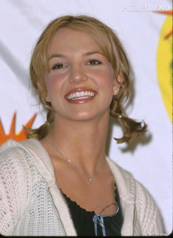 Britney se cherche, opte pour la coupe courte et de petites couettes, en novembre 1999