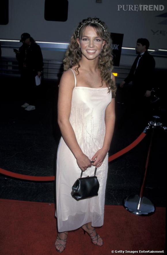 A ses débuts, Britney est prête pour le bal de promo avec la longue chevelure permanentée
