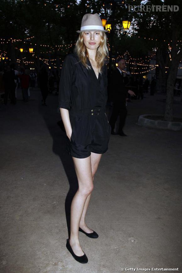 Combishort noir, chaussures plates, chapeau chic  la top Karolina Kurkova  connait les tendances sur le bout des doigts !