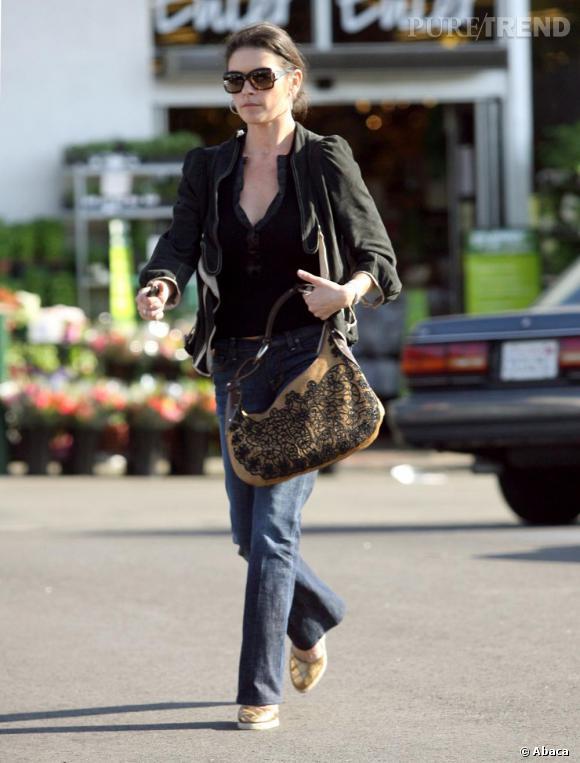 Petite veste ceintrée, jeans, sandales à talons et sac boho en 2006 Catherine avait tout bon