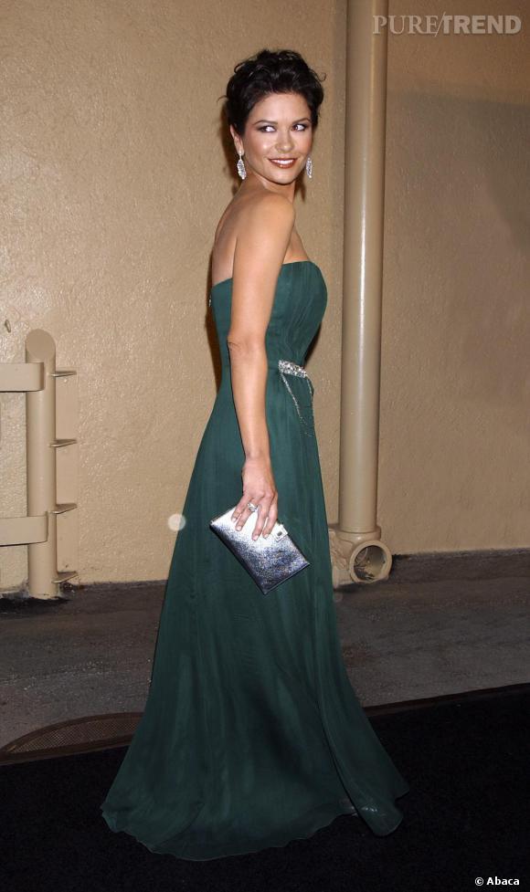 Après deux enfants, en 2007 l'actrice affiche une taille de guèpe dans une superbe robe drapée verte.