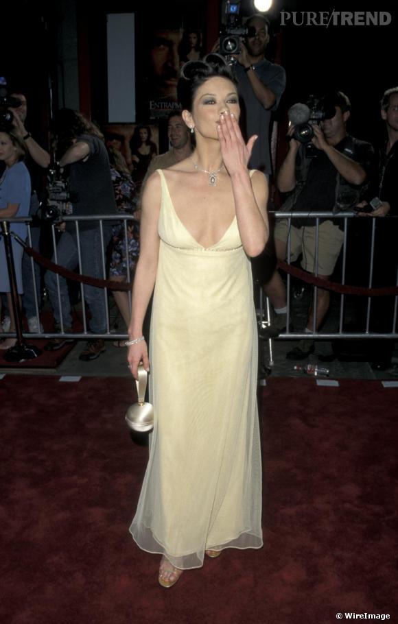 Petite rechute dans le too much toujours en 1999, avec une coiffure emberlificotée et une robe tendance lingerie