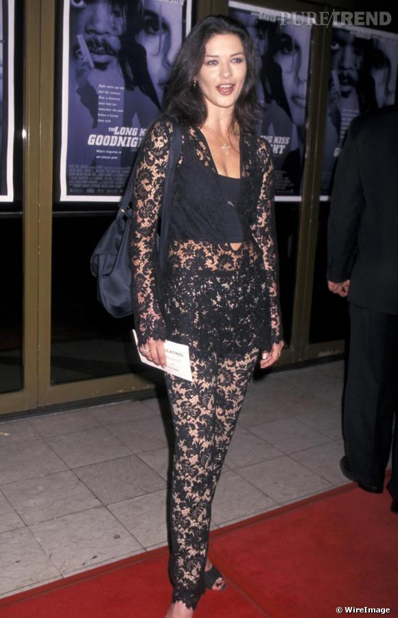 En 1996, Catherine expérimente de nouveaux look, ici en total look dentelle noir, un style qui ne lui va pas vraiment...