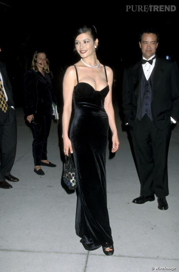 En 1998, pour la Vanity Faire Oscar Party, Catherine Zeta-Jones resplandis dans un style qui lui va à merveille, la longue robe décolletée et un look glamourissime.