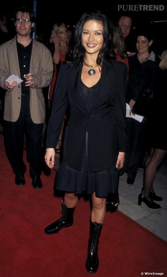Pour la première d'un film en 1997, place à la robe courte et aux bottes montantes. Un bon point pour l'audace, mais pour le style, on a des doutes.