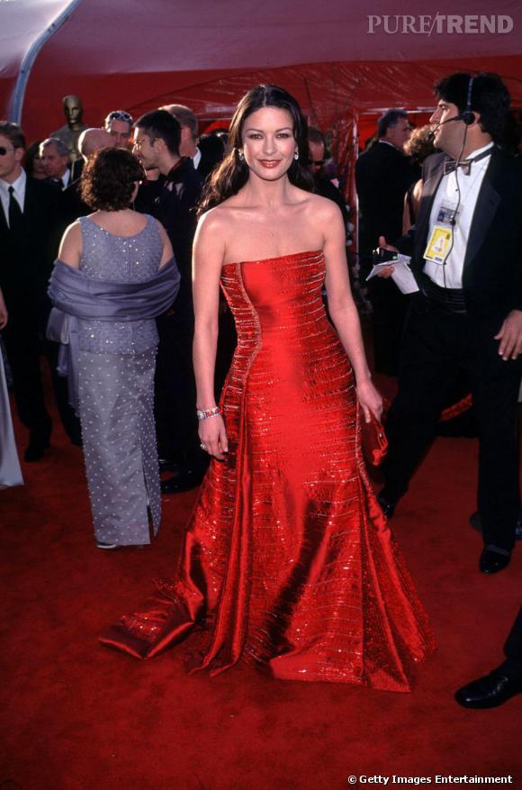Le Masque de Zorro sorti, Catherine Zeta-Jones s'impose comme une icône du glamour hollywoodien en robe de bal rouge, toute britannique qu'elle soit.