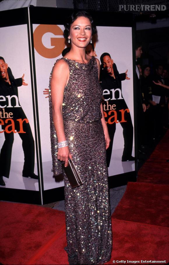 Fin 99, Catherine change de forme de robe, tente le drapé glitter et les cheveux crantés. La forme de la robe le dessine une superbe allure !