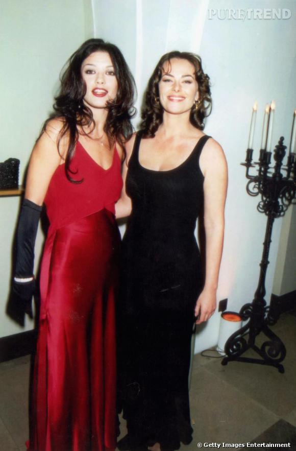 Pour ses premiers red carpet en 1995, Catherine Zeta Jones opte pour des gants noirs en disharmonie avec une robe rouge satiné mais les basiques sont déjà là.
