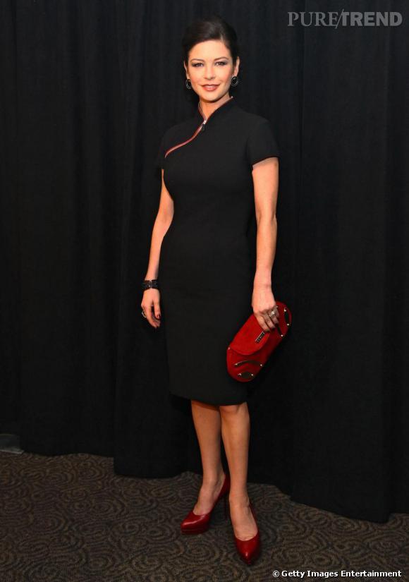 En 2009, le look de Catherine Zeta-Jones se transforme. C'est la fin des décolletés, place au strict cheap qui la vieillit