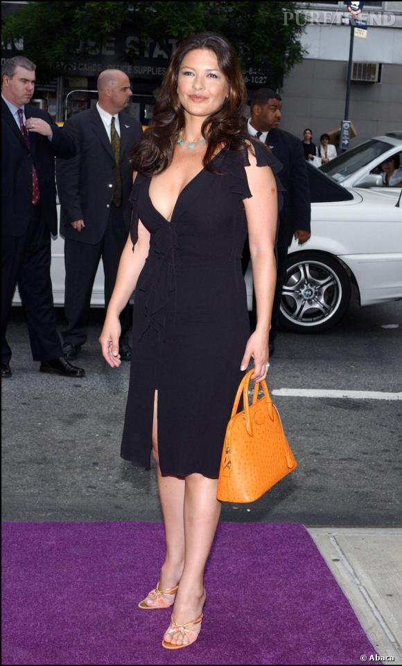En 2003, elle opte pour un look moins tape à l'oeil avec une discrète robe noir, mais attention, toujours décolletée.