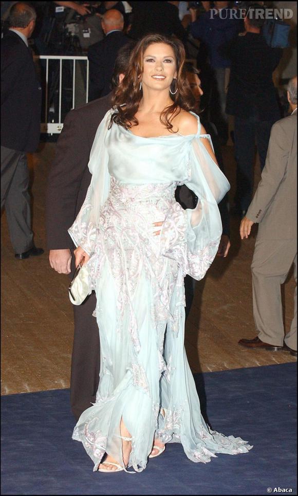 Pour la premiere de Intolérable Cruauté, au festival de Venice, Catherine opte pour un tout nouveau genre, le drapé froufroutant. Si la couleur lui va bien au teint le reste est un fiasco