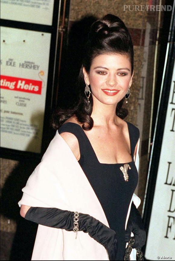 En 1993, la jeune Catherine est une adepte des longs gants et des chignons extravagants... un look un peu too much