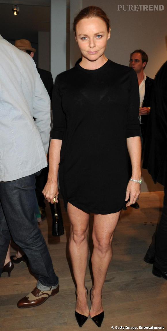 Stella McCartney ultra élégante en total look noir.