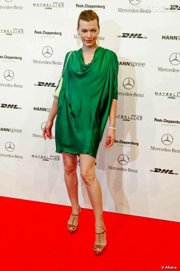 La jolie Milla Jovovich très glamour en robe émeraude.