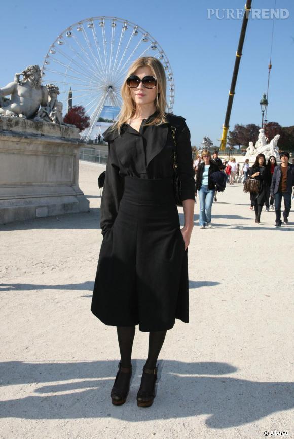 Pour le défilé Chloé, Clémense opte pour le total look noir en alliant avec audace une jupe taille haute et un chemisier noir.