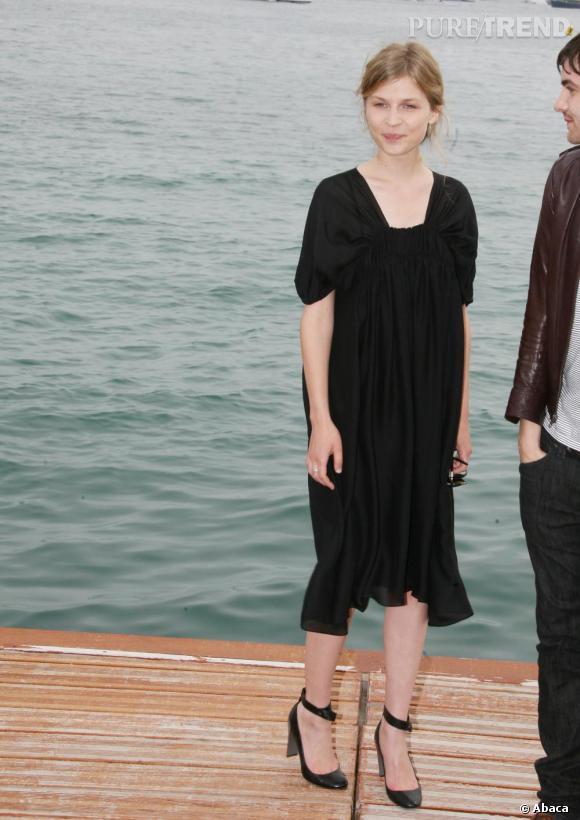 Au Festival de Cannes, l'actrice fait dans le minimalisme avec une petite robe noire froncée sur le devant aux manches délicieusement romantiques.