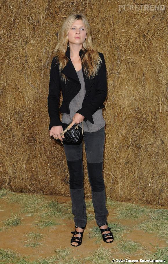 Pour assister au défilé Chanel prêt-à-porter Printemps Eté 2010, l'actrice ose le slim rapiécé, un débardeur gris perle loose et une veste noire. Un look parfait accessoirisé d'un sac Chanel et de sandales à boucles.