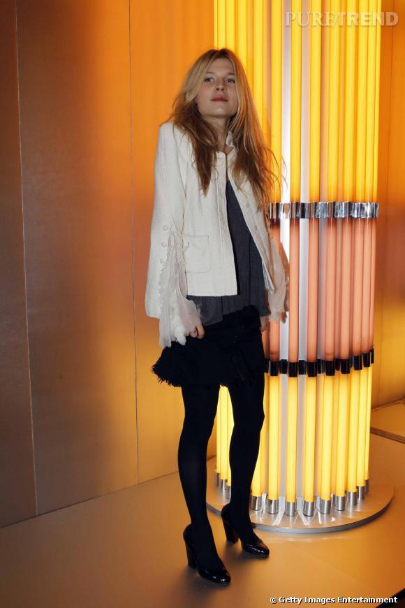 Encore pour un défilé, l'actrice tente l'association du blazer blanc stylisé avec une petite jupe noire. Un look bien imaginé.
