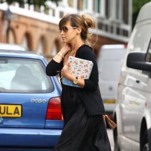 La jolie Rachel Stevens adopte les espadrilles compensées avec un must have, la longue robe !