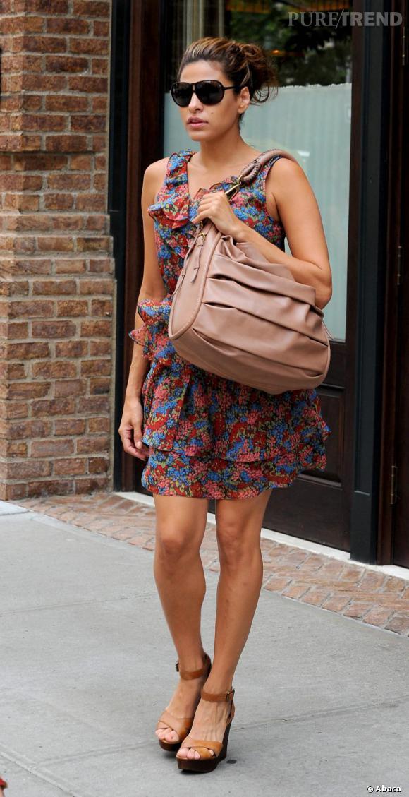 Eva Mendes à New York opte pour une petite robe à volants très girly.