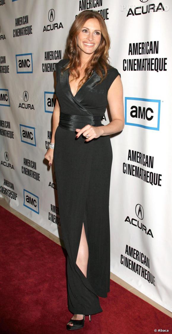 Julia Roberts sait aussi séduire en toute discrètion en se dessinant une silhouette de rêve en robe noire fendue.