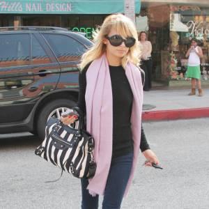 Avant même d'être impératrice du style bohème Nicole Richie adopte la tendance pieds nus en pleine rue, mais en n'oubliant pas d'être fashion avec un sac Balenciaga.