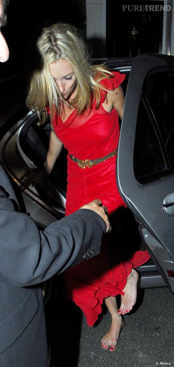 Même en robe écarlate pour une soirée, Kate Moss n'hésite pas à laisser respirer ses doigts de pieds parfaitement coordonnés.