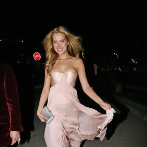 Le mannequin Petra Nemcova en robe de bal revisite le style Cendrillon.