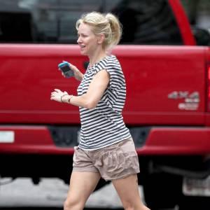 En plein New York, Naomi Watts déambules les orteils à l'air.