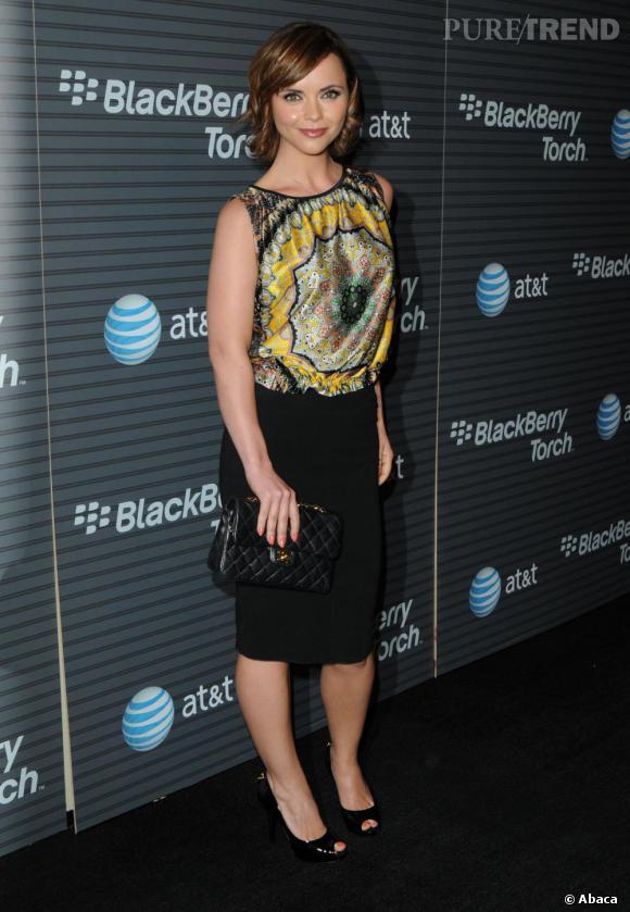 Christina Ricci opte pour une silhouette très féminine et élégante en jupe crayon et pochette Chanel.