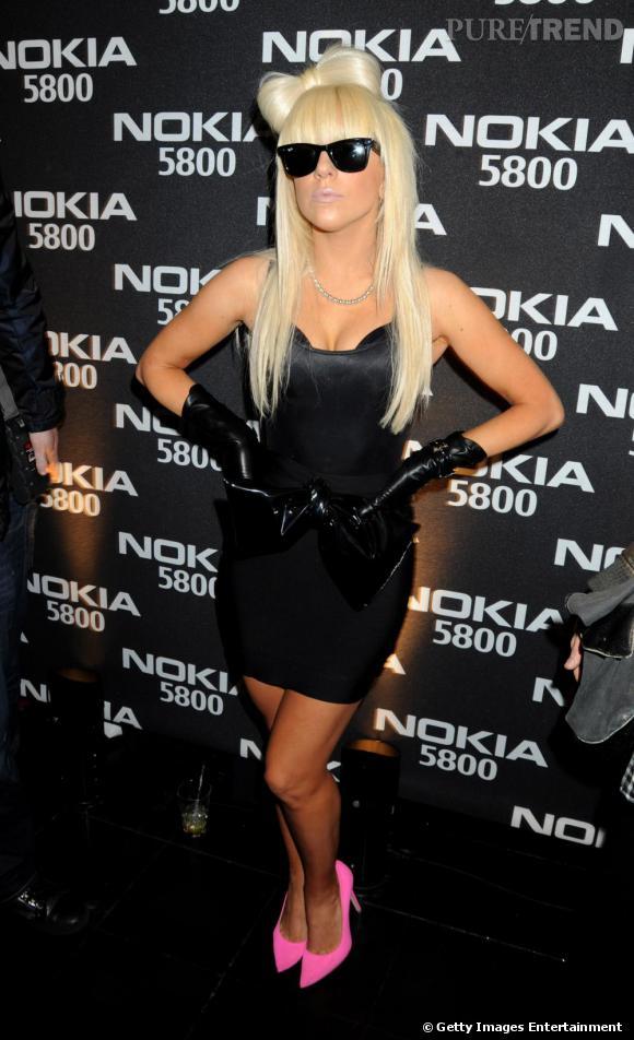 Avec ses tenues les plus folles, Lady Gaga porte des Ray Ban, modèle Wayfarer.