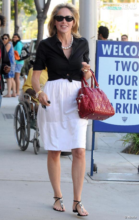 Sharon Stone chic et élégante dans les rues de Los Angeles.
