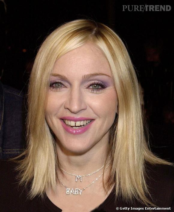 C'est avec un gloss rose bonbon que Madonna met l'accent sur son sourire imparfait.