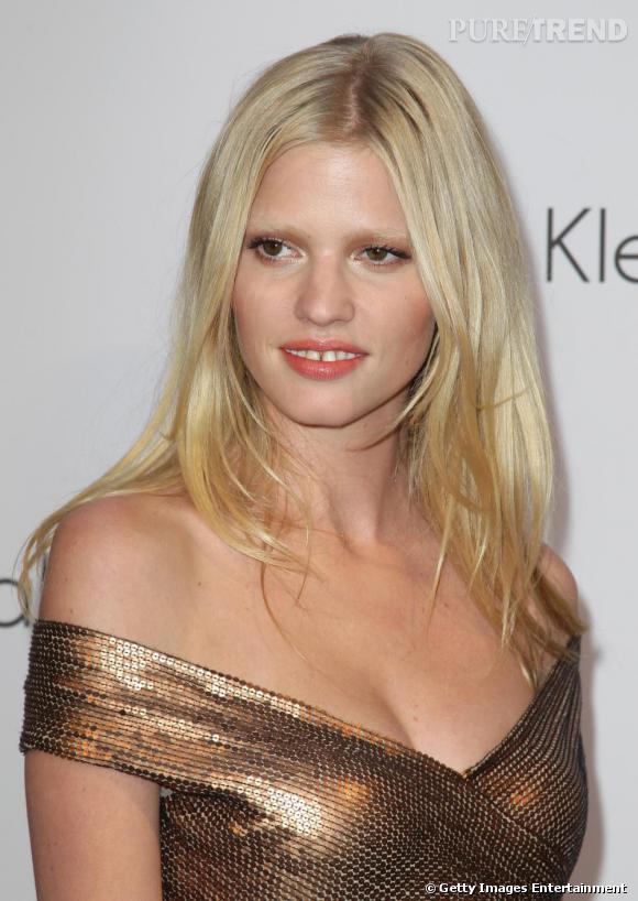 Blonde platine, un regard envoutant et un sourire inoubliable, le top Lara Stone devient rapidement un des mannequins les plus demandés.