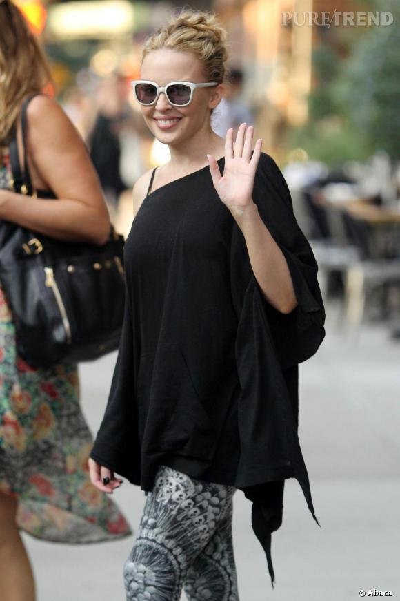 Kylie Minogue dédramatise son look tête de mort avec des jolies lunettes à montures blanches