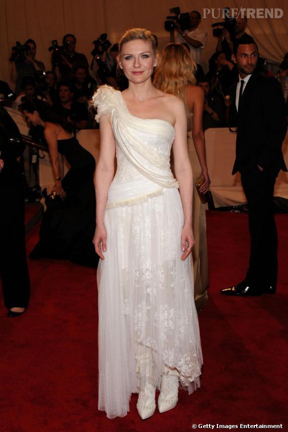 Une belle robe longue de créateur jouant sur des allures de fausse mariée