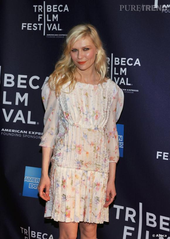 Kirsten porte une magnifique robe blanche avec un léger liberty très discret sur la robe