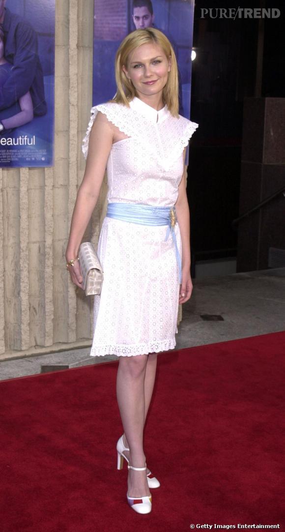 Toute jeune l'actrice prend un risque avec une robe aux allures un peu vieillottes. Pari réussi, Kirsten ressemble à un petit ange.