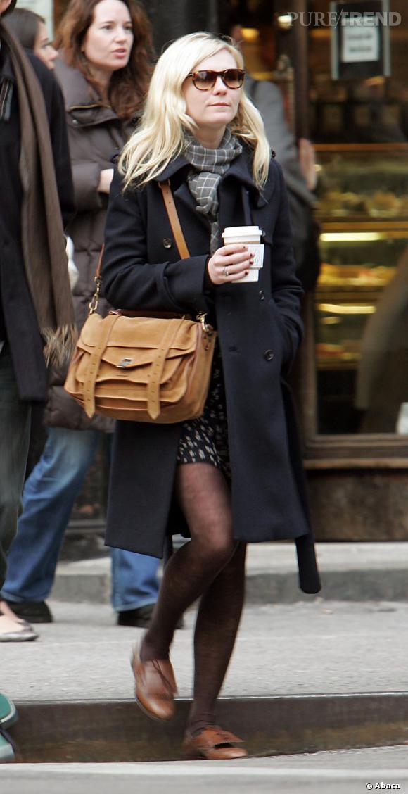 Un street look à la pointe de la mode : sac cartable Proenza Schouler et petits mocassins, un sans faute pour Kirsten