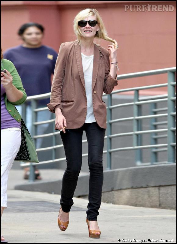 Slim noir, veste costume et Louboutin : un look à la fois chic et simple pour Kirsten Dunst