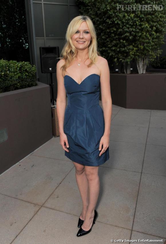 La simplicité de la robe bustier habille parfaitement la jolie actrice.